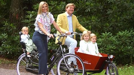 Niin hollantilaista: kuningas Willem-Alexander ja kuningatar Máxima pyöräilemässä lastensa Arianen, Alexian ja Amalian kanssa vuonna 2008. Ilman kypärää tietenkin.