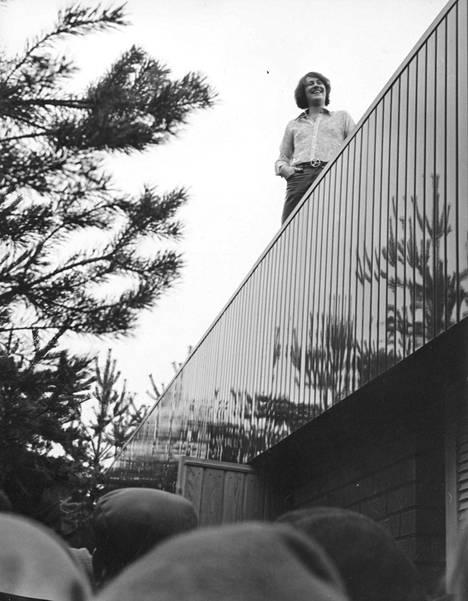 Irwin kiipesi huutokauppapäivänä talonsa katolle.