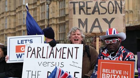 Mielenosoittajia alkoi kertyä Lontoossa keskiviikkona jo hyvissä ajoin parlamenttitalolle. Illalla parlamentti äänestää siitä, eroaako Britannia EU:sta ilman sopimusta.