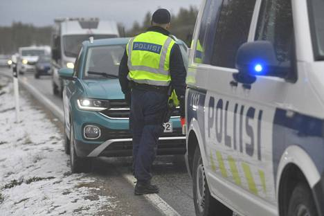 Poliisi ohjasi liikennettä kolaripaikalla.