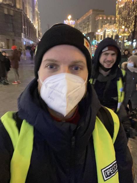 Tämän selfien Erkka Mikkonen otti itsestään ja kuvaajastaan Grisha Vorobjovista Moskovan mielenosoituksessa lauantaina, kun pamputus oli jo ohi.