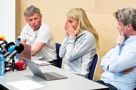 Pål Gunnar Mikkelsplass (vas.) istui Johaugin rinnalla, kun tämä puhui pitkän dopingpannansa päättymisestä lehdistötilaisuudessa huhtikuussa 2018.