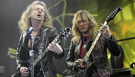 K.K. Downing (vas.) jätti Judas Priestin. Downing ja Glenn Tipton soittivat yhdessä jo vuonna 1974 julkaistulla levyllä Rocka Rolla. Kuva Hartwall Arenalta Helsingistä 2005.