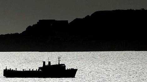 Öljyä kuljettava alus saapumassa Puerto La Cruzin jalostamolle Caracasin lähellä Venezuelassa.