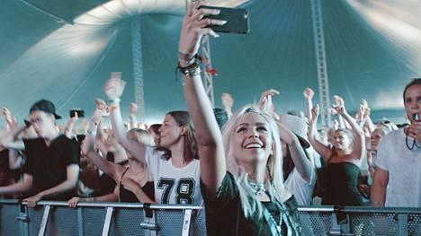 Olivia Oraksen somesuosio avasi kadehdittuja reittejä myös musiikkifestarien VIP-alueille.