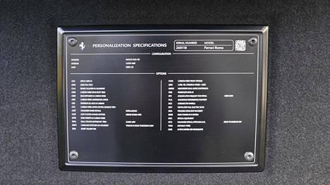 Tavaratilan kannen sisäpuolelle on koottu jokaisen auton yksilölliset varustetiedot.