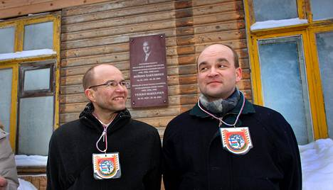 Veikko Hakulisen pojat Lassi (vas.) ja Pekka olivat 2009 paikalla, kun heidän isänsä muistolaatta paljastettiin tämän syntymäpaikassa, luovutetun Karjalan Kurkijoella.