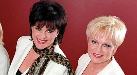 Paula Koivuniemi ja Katri Helena kuvattuna Ladyt lavalla -konserttikiertueen aikoihin.
