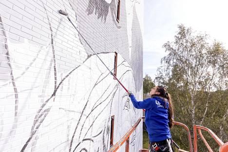Työ suomalaisessa syyssäässä ei ole ollut olosuhteisiin tottumattomalle Paola Delfinille helppoa.