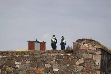 Poliisit pitivät vahtia Suomenlinnassa.