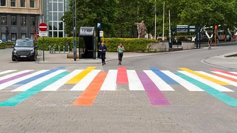 Belgian Gentissä maalattiin suojatie sateenkaaren väreihin kansainvälisen homo-, bi- ja transfobian vastaisen päivän kunniaksi.