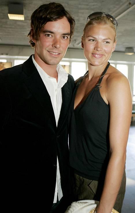 Mikko Leppilampi ja Emilia Vuorisalmi poseerasivat yhdessä kesällä 2006.