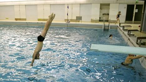 Kuva Pyynikin uimahallista, jonka edustalla vuosi tänään aamulla vaarallista ainetta.