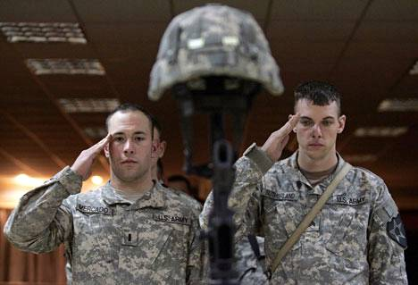 Yhdysvaltain 2. jalkaväkidivisioonan sotilaat tekivät lauantaina kunniaa aiemmin viikolla tienvarsipommin räjähdyksessä kuolleen toverinsa muistoksi.