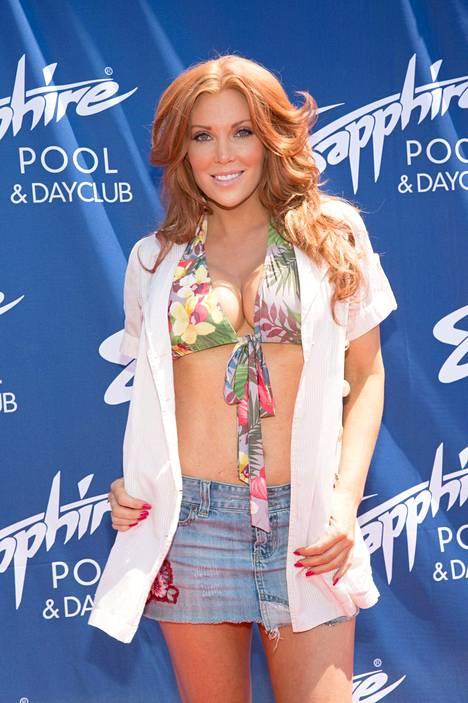Baywatch-kaunokainen asuu Las Vegasissa, jossa hän tekee töitä tanssijana. Näyttelemisen ja tanssimisen lisäksi hän toimii Strawberry Blonde -yhtyeen laulajana.