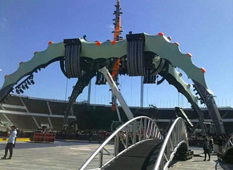 U2:n lavarakennelma nousee Olympiastadionille.