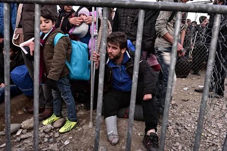 Syyrialaiset ja irakilaiset pakolaiset tungeksivat Kreikan ja Makedonian rajalla sunnuntaina.