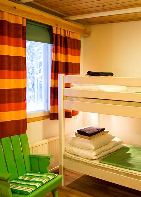 Hostellissa on 13 kahden hengen huonetta. Paikassa sijaitsee myös hotelli.