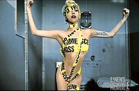 Lady GaGa kääriytyneenä rikospaikan eritysnauhoihin.