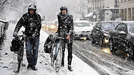 Lumimyräkkä hankaloitti pariisilaisten elämää keskiviikkona monin tavoin.