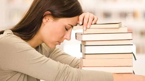 Hashimoton taudin oireet, kuten painonnousu ja uupumus, hiipivät elämään yleensä hitaasti.