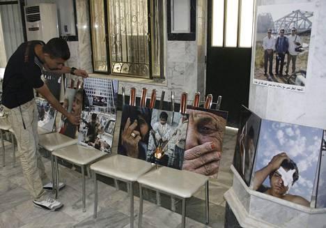 Uutistoimisto Reutersille työskennelleitä surmattuja irakilaistoimittajia muisteltiin Mosulissa Irakissa 2010.