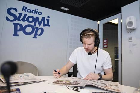 Radio Suomipopin studiossa ovat normaalisti paikalla Jaajo Linnonmaa, Janni Hussi ja Tuukka Ritokoski (kuvassa), mutta torstaina studio ammotti tyhjyyttään.