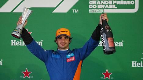 Carlos Sainz nousi palkintopallille.