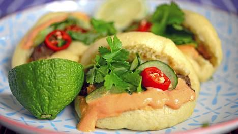 Tarjoile höyrysämpylät chilimajoneesin, pikkelikurkkujen ja tuoreen korianterin kera.
