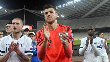 Jesse Joronen (kesk.) kiitti muiden Suomen pelaajien kanssa Ateenaan matkanneita faneja.