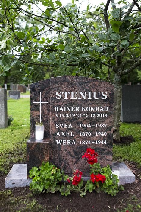 Rainer Steniuksen hautakivessä on hänen nimensä lisäksi myös äidin ja isovanhempien nimet.