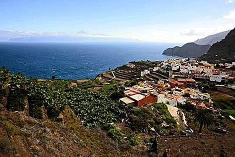 Agulon viehättävä kylä saaren pohjoisrannalla. Taustalla siintää Teneriffa, pilvien päällä kelluu Teiden huippu.