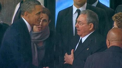Barack Obama ja Raul Castro kättelivät historiallisesti Nelson Mandelan muistotilaisuudessa.