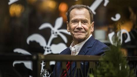 Robert Paulig kuvattiin nimeään kantavan kahvilan edessä vuonna 2017. Paulig kuoli 73-vuotiaana.