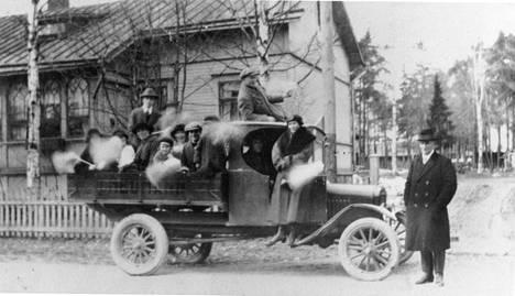 Vuonna 1920 makkaratehtailija Emil Marttinen lähti perheineen vappuajelulle tehtaan ensimmäisellä Fordilla.