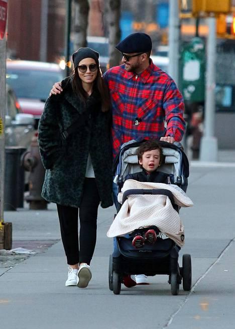 Biel ja Timberlake kuvattuna kävelyllä esikoisensa Silasin kanssa.