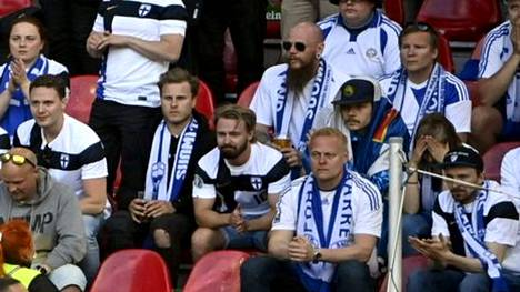 Suomen kannattajat osoittivat tukeaan sairauskohtauksen saaneelle Chriastian Eriksenille.