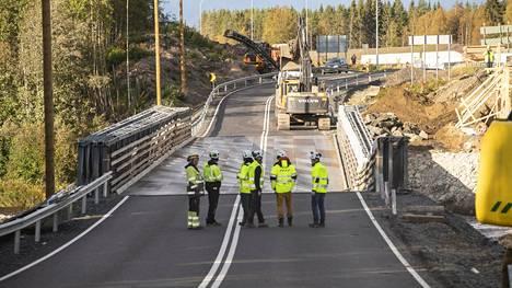 Runsaat vesimassat ovat haurastuttaneet väliaikaisen sillan rakenteita.