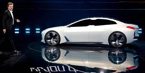 BMW:n kehitysjohtaja Klaus Fröhlich esitteli uuden sähköisen Vision Dynamicsin.