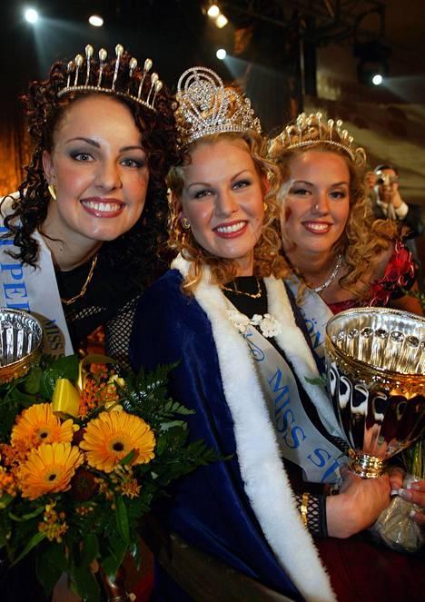 Suvi Hartlin (vas.) sijoittui vuoden 2003 Miss Suomi -kilpailussa toiseksi perintöprinsessaksi.