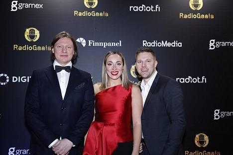 Jaajo Linnonmaa, Anni Hautala ja Juha Perälä poseerasivat yhdessä Radiogaalassa vuonna 2018.