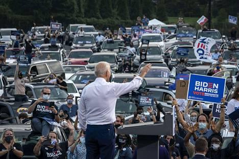 Joe Bidenilla oli drive-in-tilaisuus Atlantassa maanantaina.