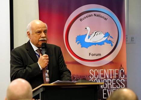 Kreikan Kultainen aamunkoitto -puolueen edustaja Georgios Epitideios puhui kokouksessa.