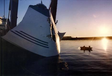 Merestä nostettu Estonian keulavisiiri kuvattiin Hangossa turman jälkeen.