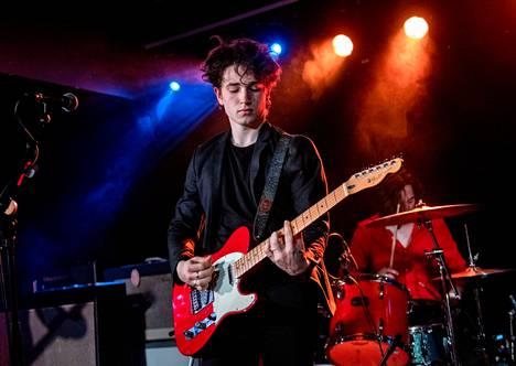 Elijah Hewsonin Inhaler-bändi on kivunnut esikoisalbumillaan Iso-Britannian listan kärkeen.