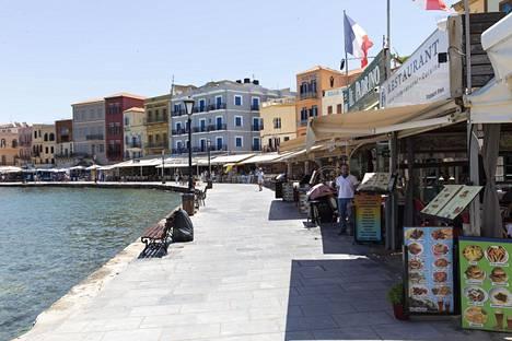 Hanian vanhankaupungin satama oli perjantaina tyhjillään. Tavallisena perjantai-iltapäivänä suosittu rantakatu olisi täynnä iloisia turisteja.