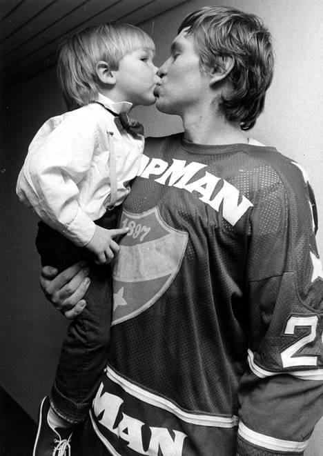 Kevään 1983 pudotuspelien ennätysmies Matti Hagman sai onnittelupusun pojaltaan Niklakselta.