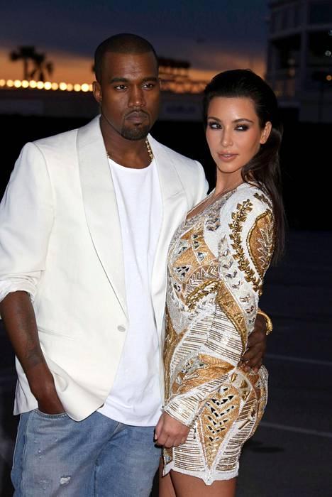 Kim ja Kanye tapasivat jo vuonna 2003 musiikkivideon kuvauksissa. Kun Kim erosi ensimmäisestä aviomiehestään hänen ja Kanyen välit lämpenivät. –Eron jälkeen olin musertunut ja Kanye pyysi minut Pariisiin katsomaan muotinäytöstään. Menin hänen luokseen ja niin suhteemme alkoi, Kim on muistellut