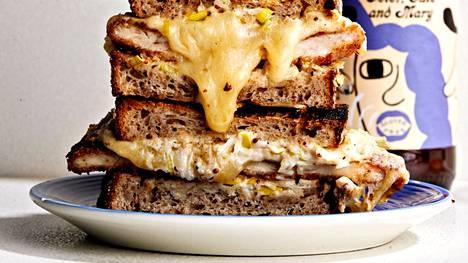 Rapeaksi paistettua broileria, kermaista sellerisalaattia ja cheddaria. Tästä ei leipä parane!