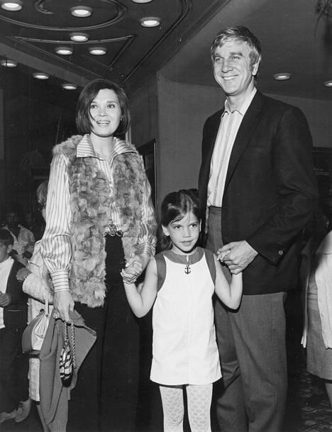 Leslie Nielsen toisen vaimonsa Alisande Ullmanin ja tyttärensä kanssa.